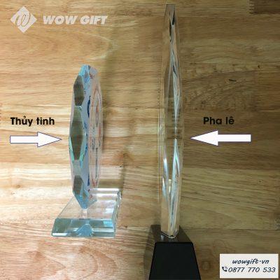 Hình ảnh so sánh tương quan giữa biểu trưng pha lê và chất liệu thủy tinh. Nhìn bằng mắt thường bạn sẽ thấy thủy tinh có màu xanh lam, pha lê có độ lấp lánh khi có ánh sáng
